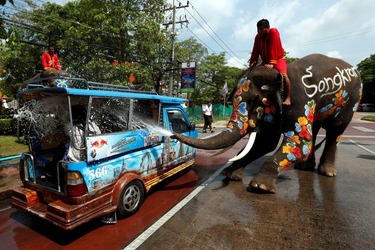 Мы слегка окатим вас водицей: Уличная авто мойка по-тайски