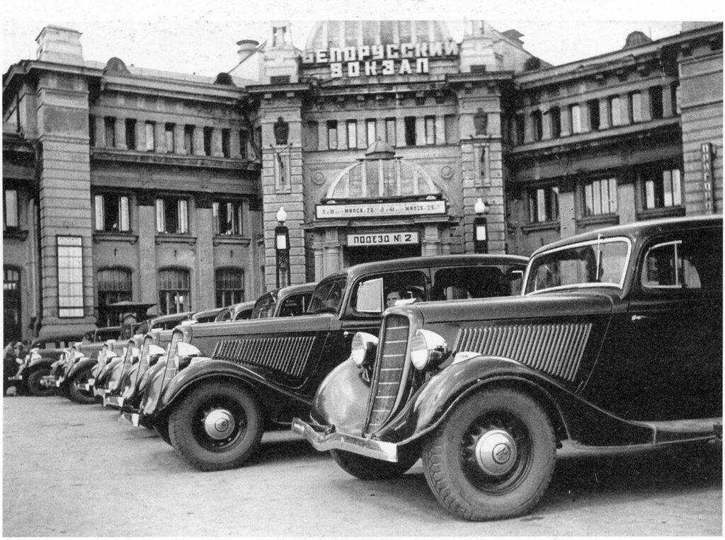 8538 Стоянка такси у Белорусского вокзала кон. 1930-х.jpg