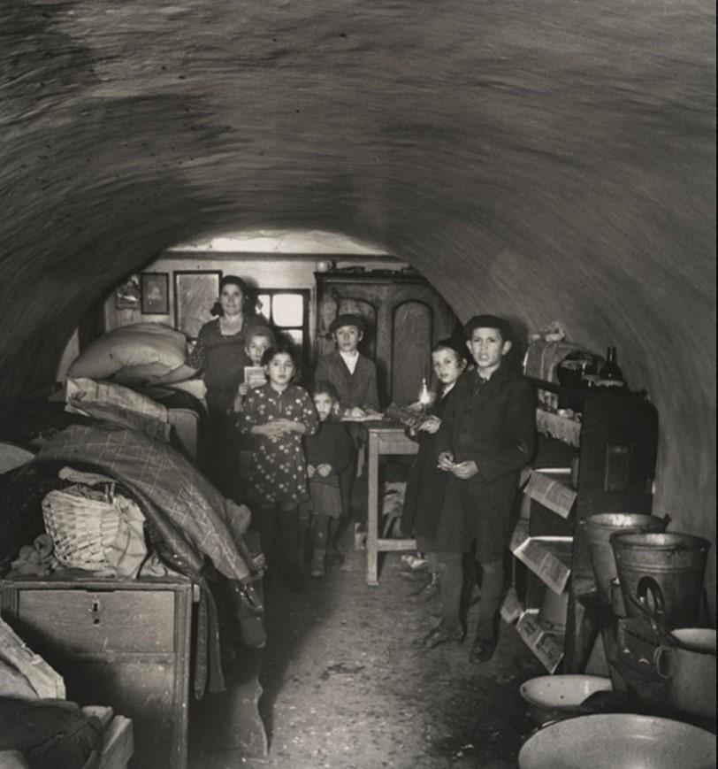 Подвальное жилье носильщика и его семьи