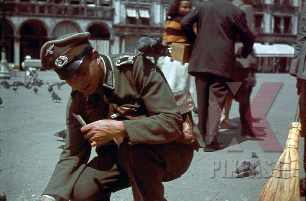 stock-photo-german-army-officer-of-grenadier-ersatz-bataillon-488--lindau--on-leave-in-venice-italy-1943-13158.jpg