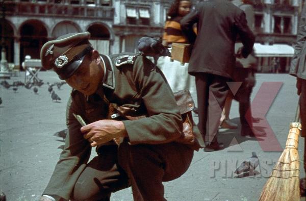 stock-photo-german-army-officer-of-grenadier-ersatz-bataillon-488--lindau--on-leave-in-venice-italy-1943-13158.jpg