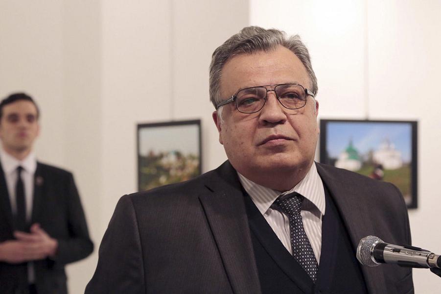 Андрей Карлов на фоне убийцы.png