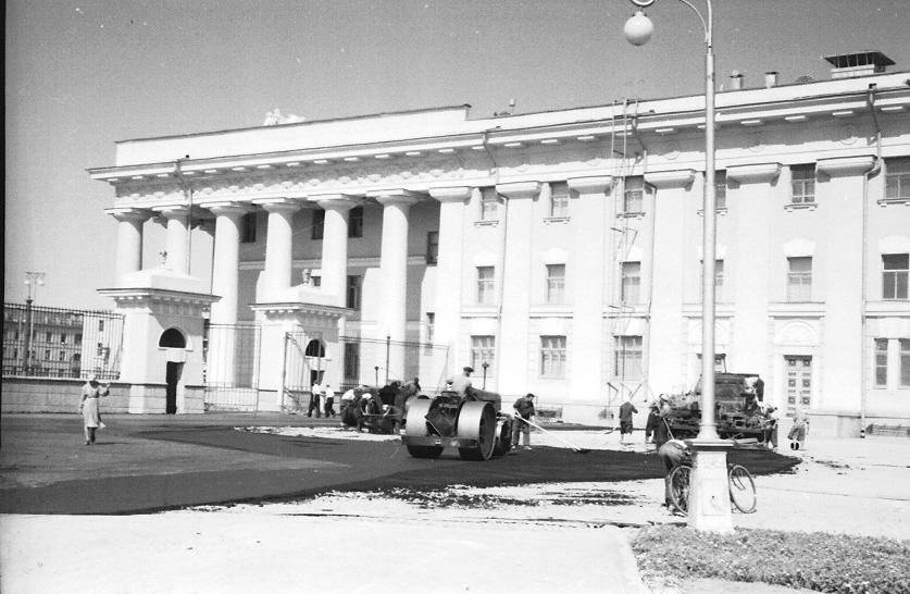 Асфальтирование у Дворца культуры г. Волжского. Август 1956.