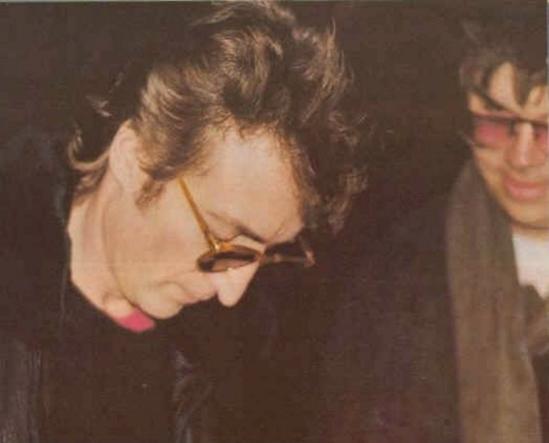 Джон Леннон и его убийца Марк Дэвид Чепмен.  Чепмен убил Леннона всего через несколько часов