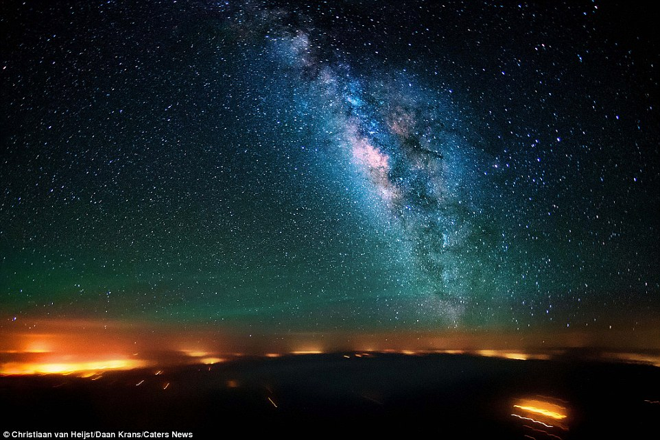 Так Млечный Путь выглядит из кабины самолета, пролетающего над Синайским полуостровом (Египет).