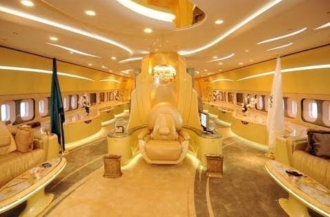 9. Владелец «Боинга-747-400», который стоит 220 млн долларов, — племянник короля Саудовской Аравии,