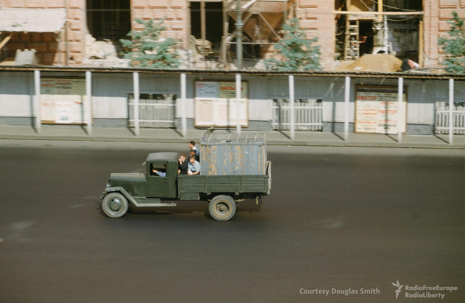Грузовик едет по улице Чайковского.