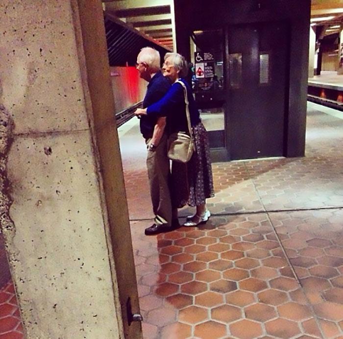 Даже несмотря на возраст они не стесняются публично обниматься.