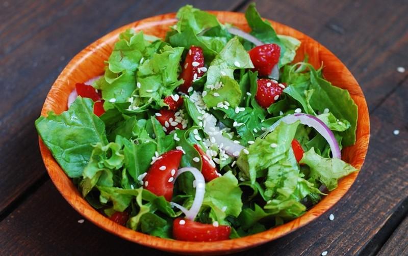Салат для поклонников здорового питания. Ингредиенты: свежая клубника шпинат красный лук оливковое м