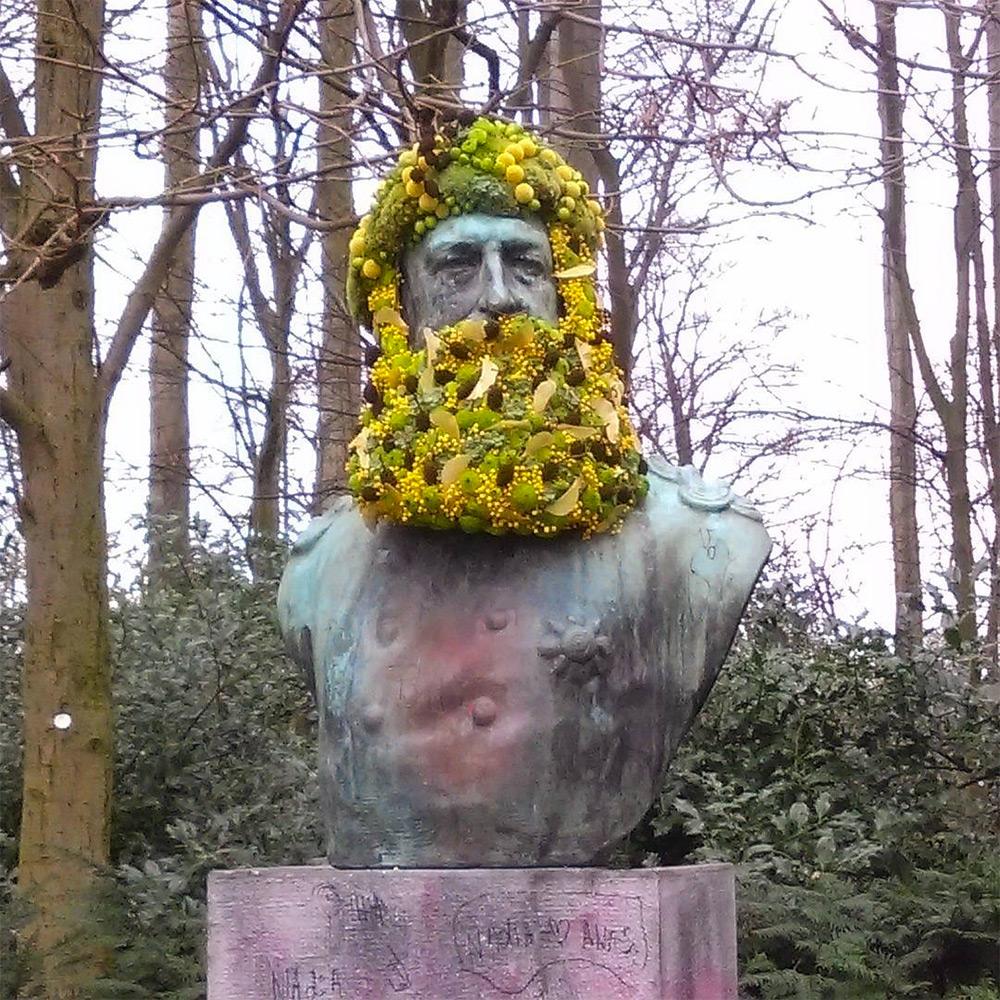 Цветочное преображение памятников и бюстов Брюсселя