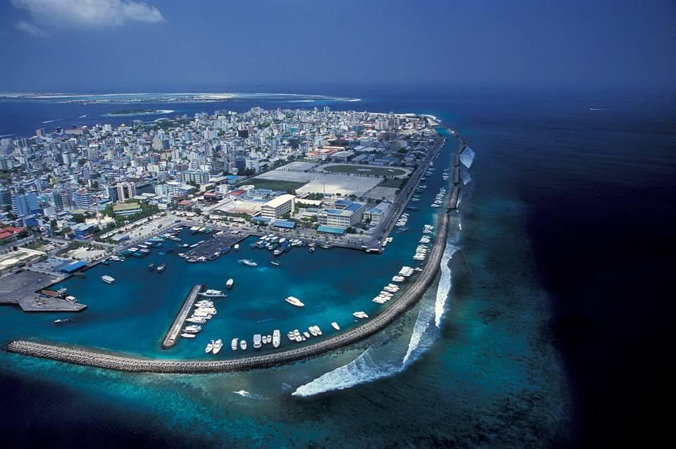 Длина острова Мале составляет всего 2 км, он полностью застроен зданиями, покрыт дорогами, и поэтому