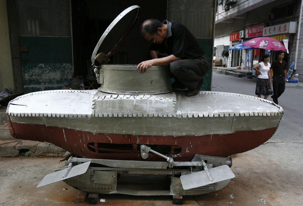 30. Фермер Ли Юймин и его еще не законченная мини-субмарина.