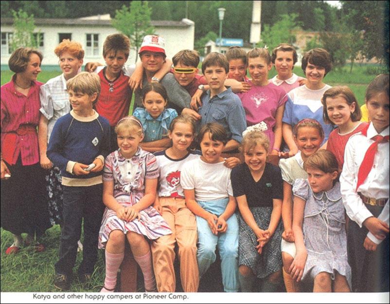 Катя и другие дети в пионерском лагере.