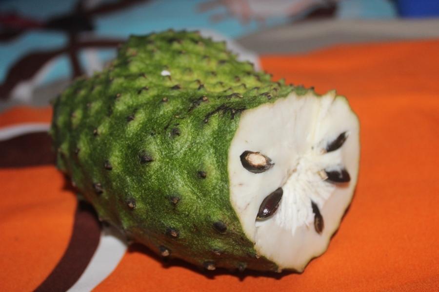Это относительно распространенный фрукт, можно наткнуться на него в разных странах, но не очень част