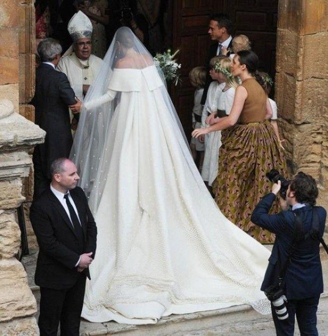 Венчание пары состоялось в Гранаде (Испания) в старинной католической церкви XVI века в испанском го