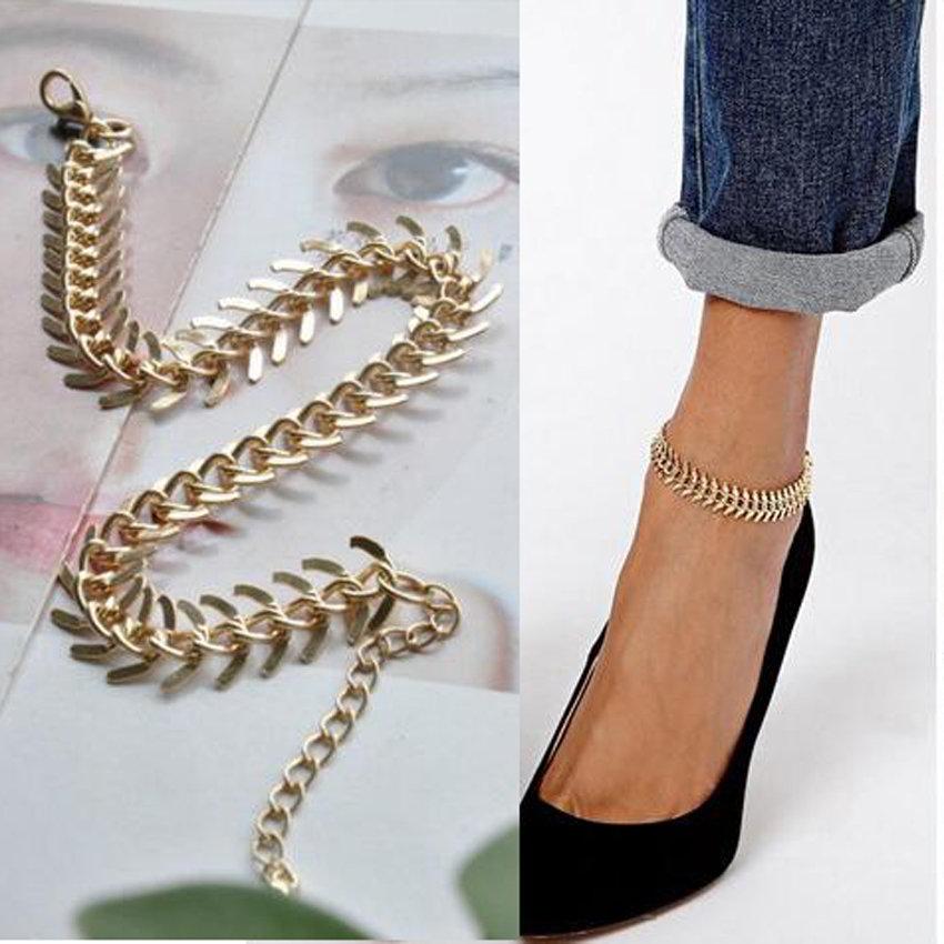 Конечно же, как и в прошлые годы, мода на цепочки тонкие из золота и серебра, плетеные тонкие бисерн