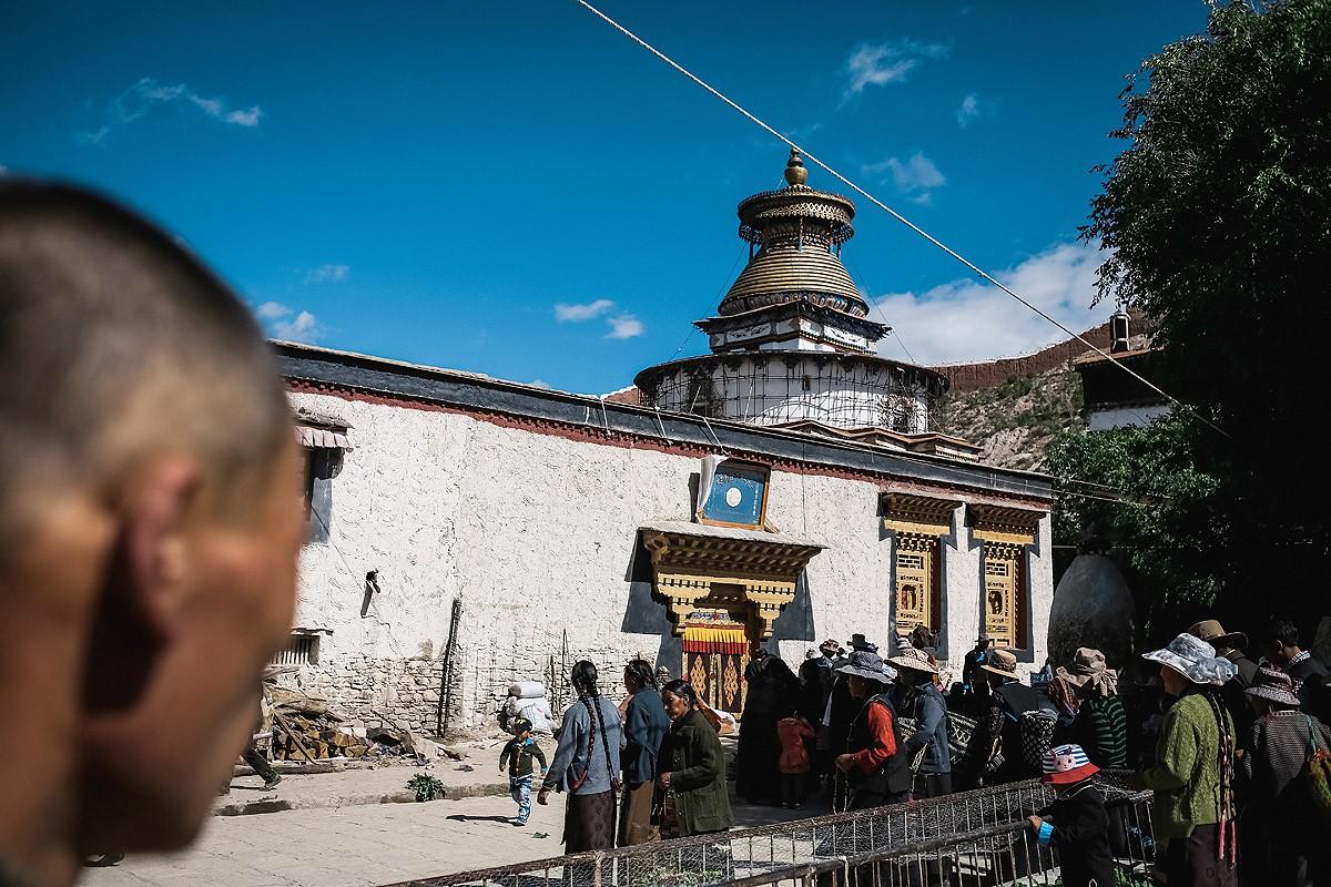 9. Наконец мы добрались до монастыря и вместе с вездесущими тибетскими бабушками прошли за ограду. Н