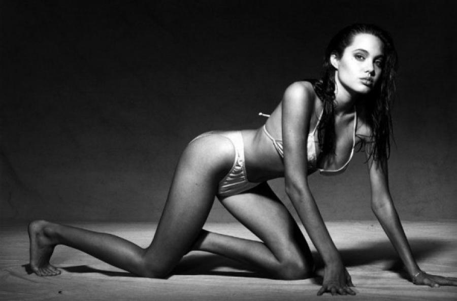 В 2008 году в сети появились снимки, на которых 16-летняя Джоли весьма раскованно позирует перед кам