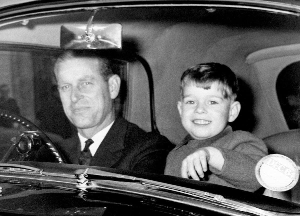 Маленький принц Эндрю едет с отцом на Рождество, 1964 год.