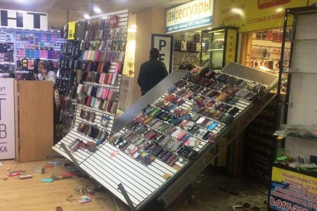 ВКазани 11 хулиганов вмасках разгромили торговый центр