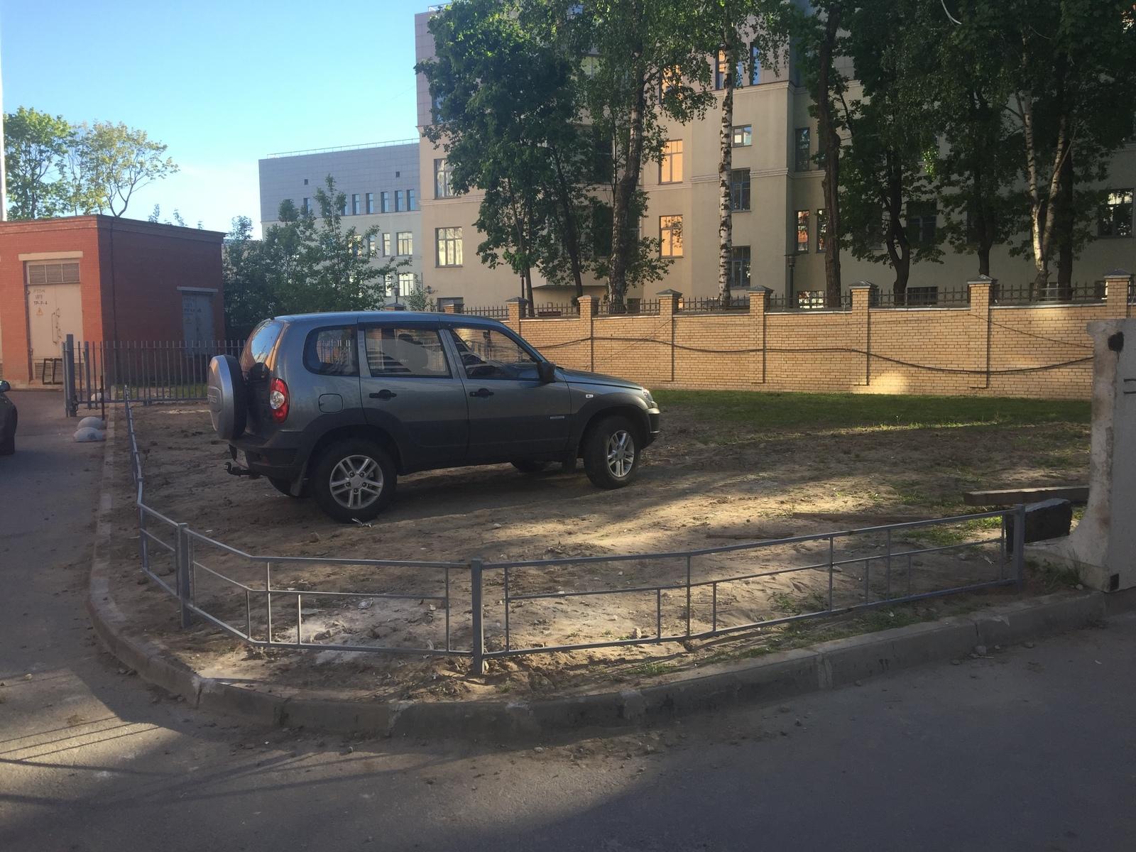 Памятник любителям парковаться на газоне