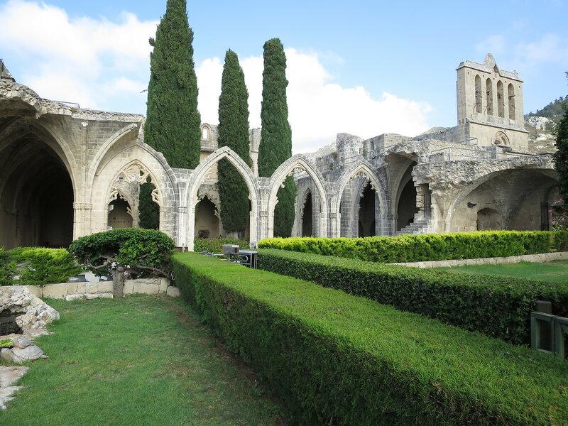 Беллапаис. Внутренний двор монастыря со стороны сада