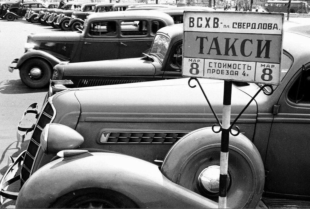 560943 ВСХВ. Маршрутные такси на площади перед главным входом ВСХВ Б. Игнатович 1939.jpg