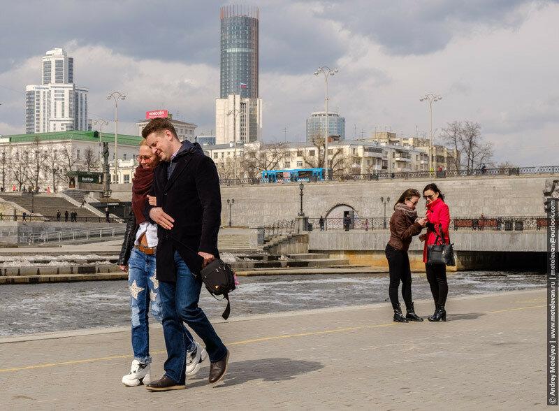 гуляющие пары на плотине в екатеринбурге
