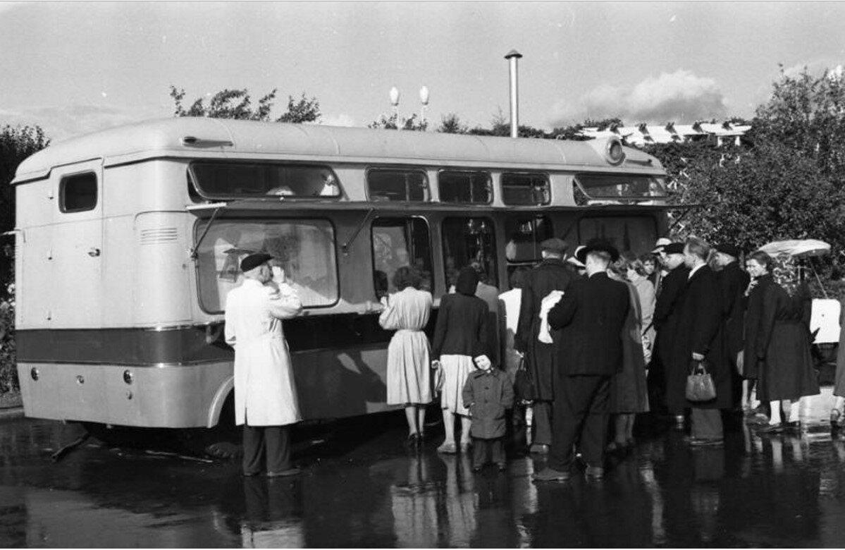 1955. Автобус-буфет