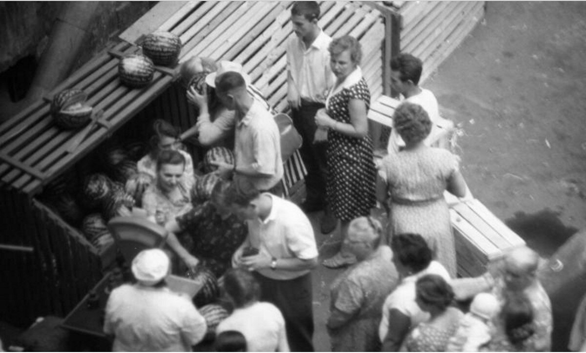 1955. Очередь за арбузами