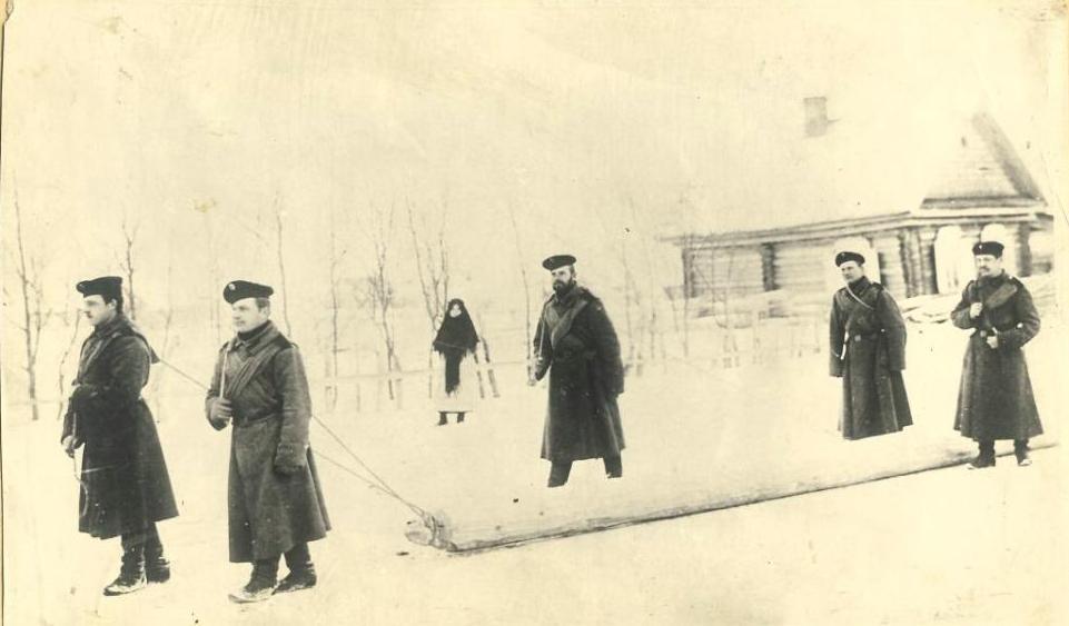 Солдаты везут бревна в Александровском посту