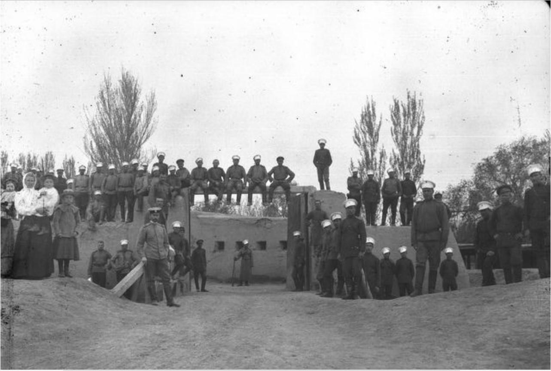 Кульджа. Солдаты русского гарнизона и капитан Нуднер на входе в крепость