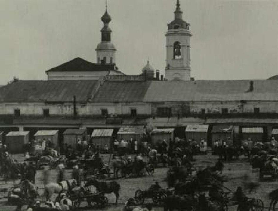 Вид с Базарной площади на Пятницкую церковь