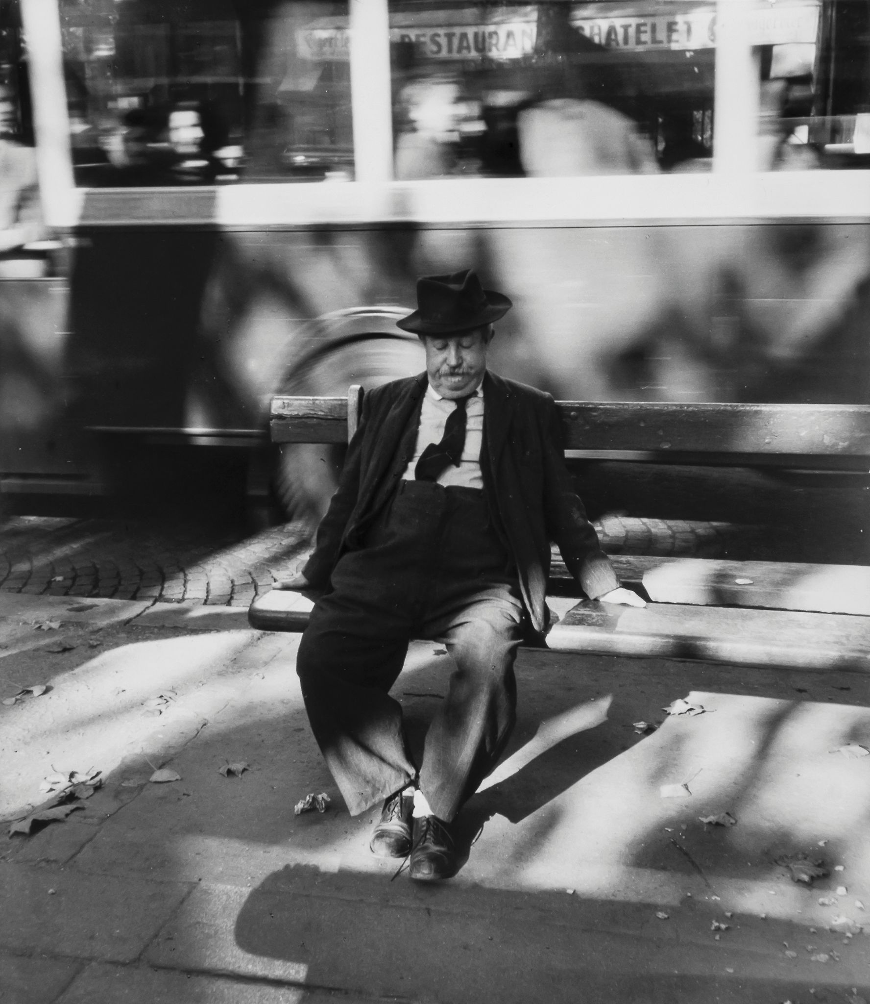 1954. Человек на скамейке