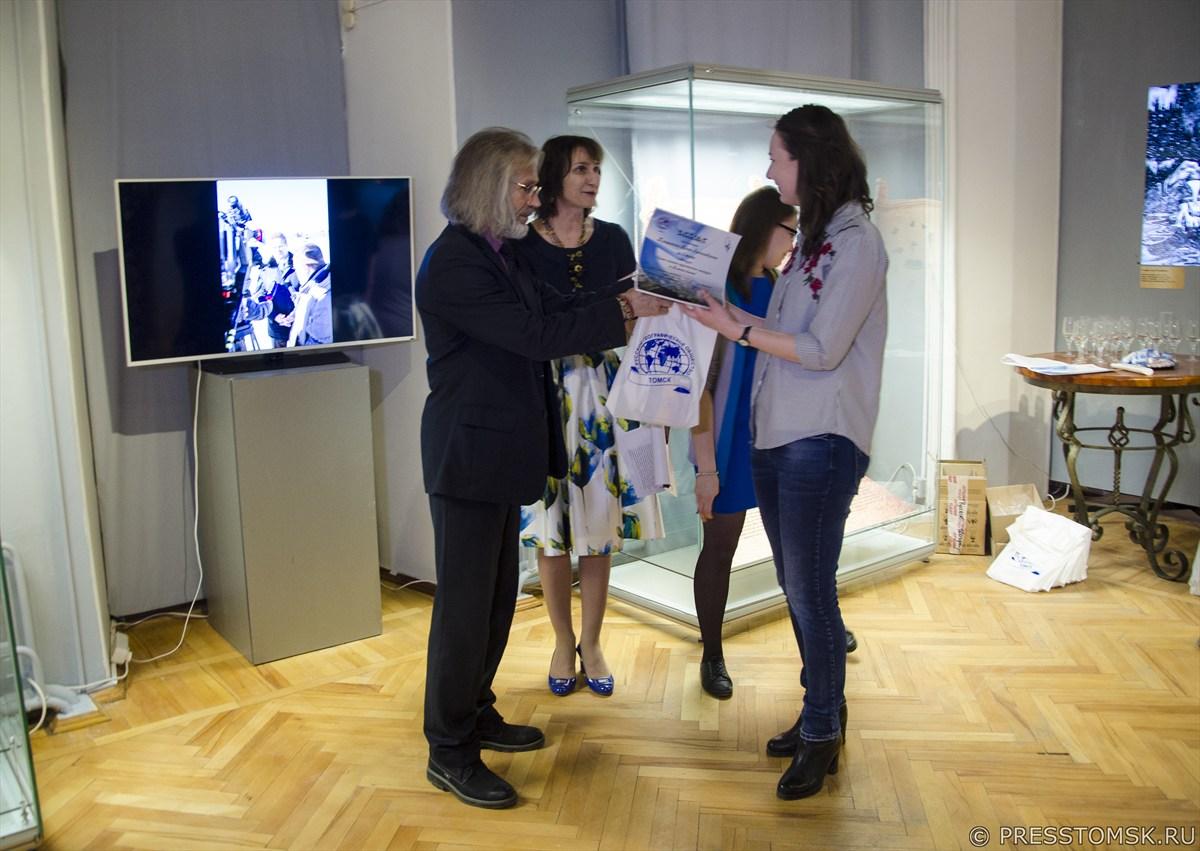 Награждение участников конкурса на название брендового туристического маршрута по Томской области.