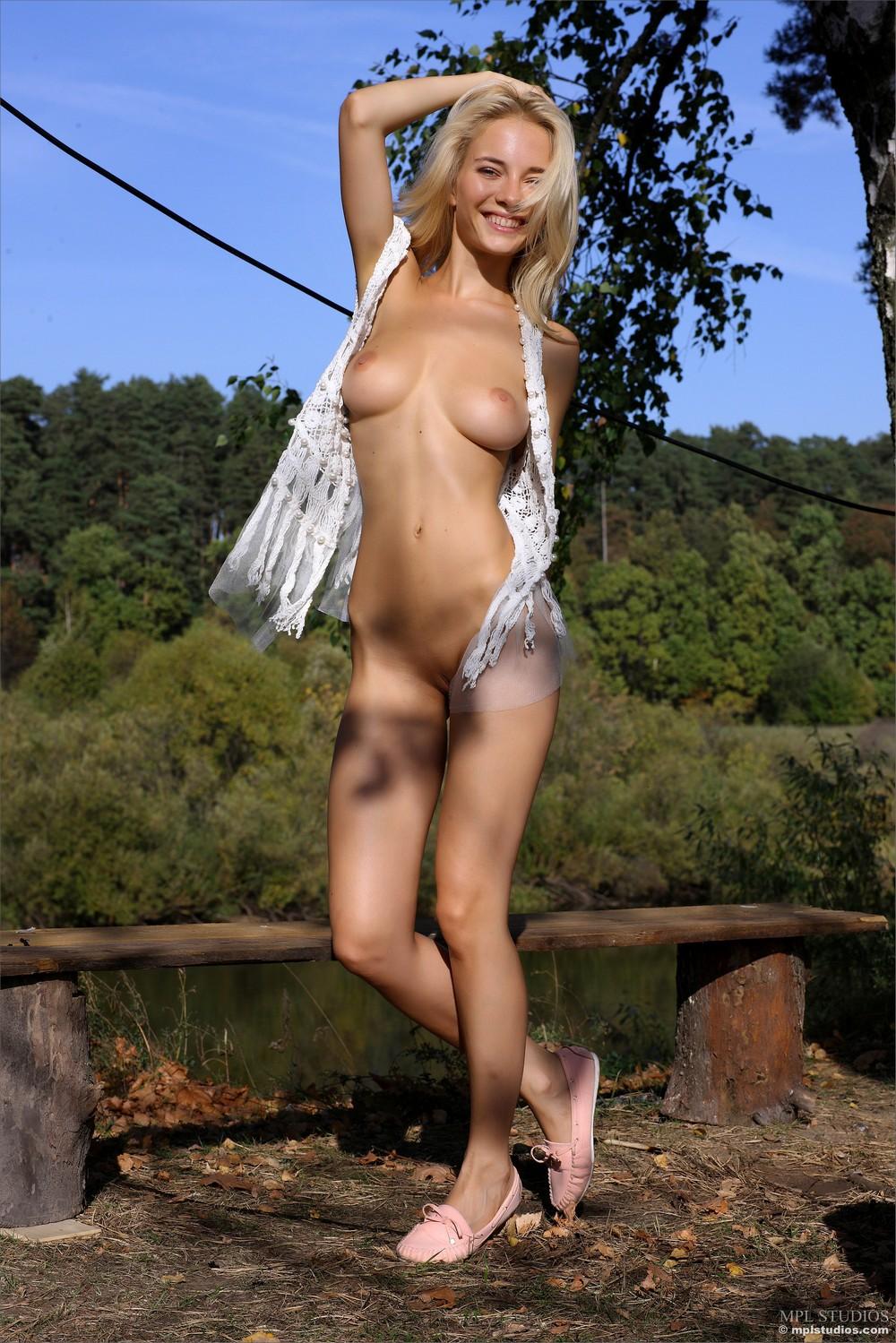 Белокурая Danica разделась на свежем воздухе