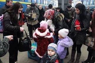 """""""Они кочуют по чужим квартирам, где-то снимают углы"""": Волонтер о том, какая судьба постигла переселенцев с Донбасса"""