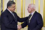 Порошенко наградил сенатора Маккейна 30.12 16.png