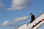 Трамп покидает борт президентского самолета на базе BBC Эндрюс, 2.03.17.png