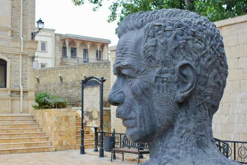 памятник поэту Алиаге Вахиду