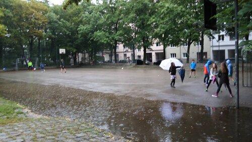 Дети играют под дождем. Мюнхен.