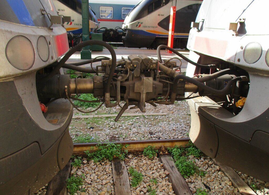 Train Agrigento-Palermo. Automatic coupling