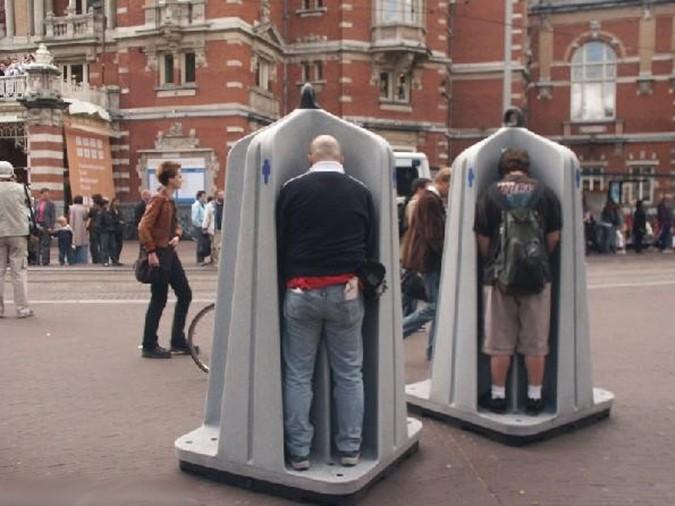 В Москве разгорается скандал из-за открытых уличных туалетов для мужчин (1 фото)