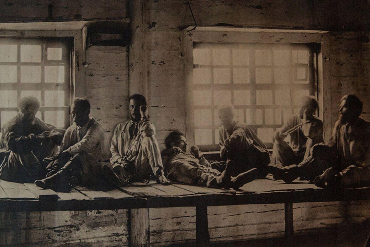 Фотография узников тюремного замка, хранящаяся в музее.