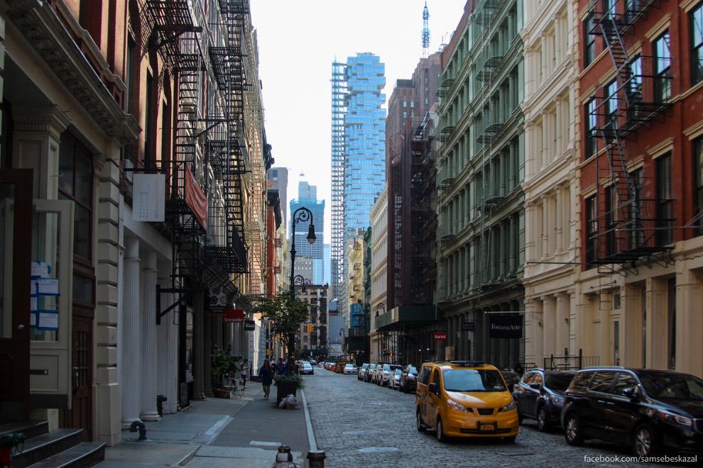 2. Вид с улиц. Если не поднимать голову, то ничего особенного.