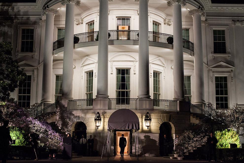 23. На весах — Марвин Николсон, один из ближайших помощников Обамы, отвечающий за организацию е