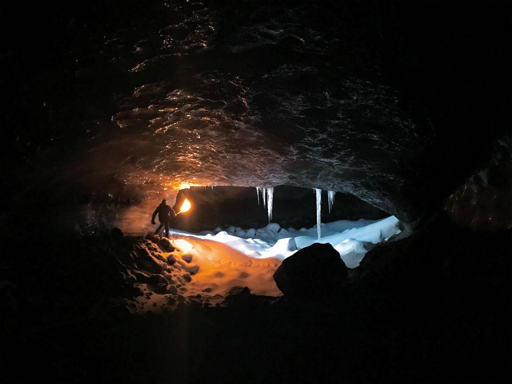 Руаридих Макглинн, путешествуя по Исландии на собачьей упряжке, остановился в ледяной пещере.