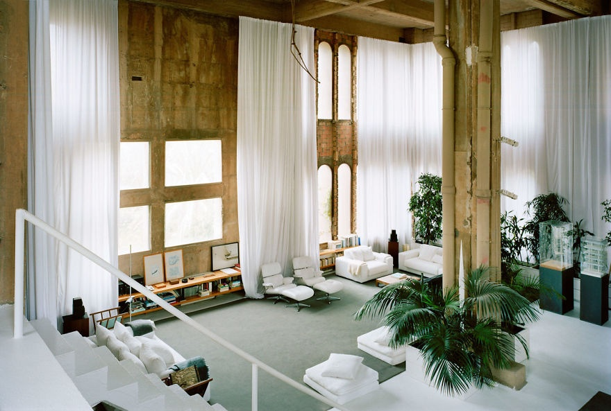 © ricardobofill.com  Как всамом доме, так иснаружи оборудовано множество мест для релаксации