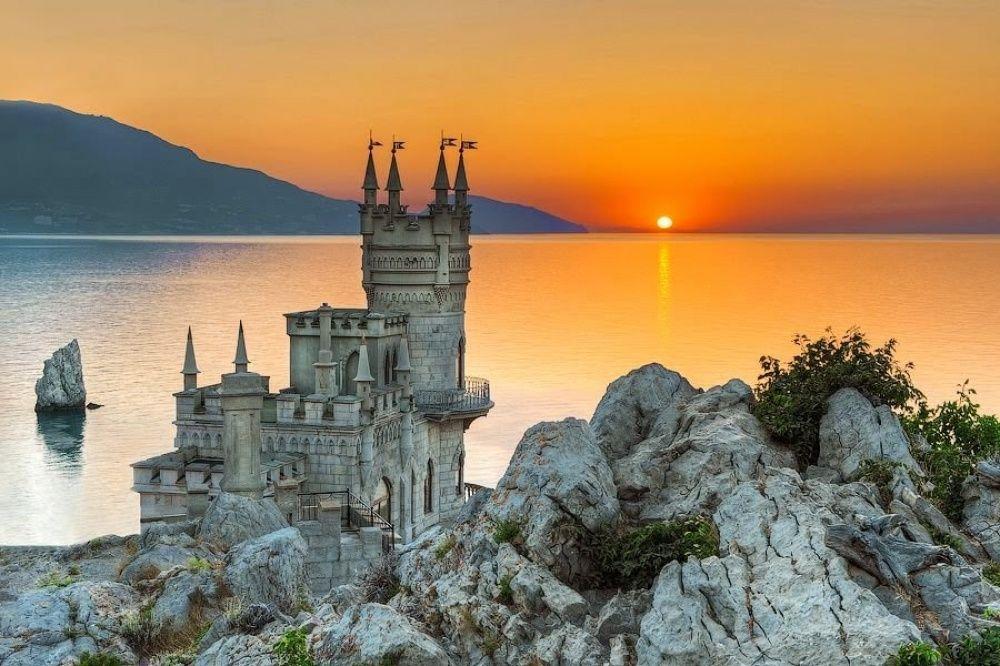 14. Ласточкино гнездо, Крым (© Tim Zizifus) Вначале на скале мыса Ай-Тодор располагался небольшой де