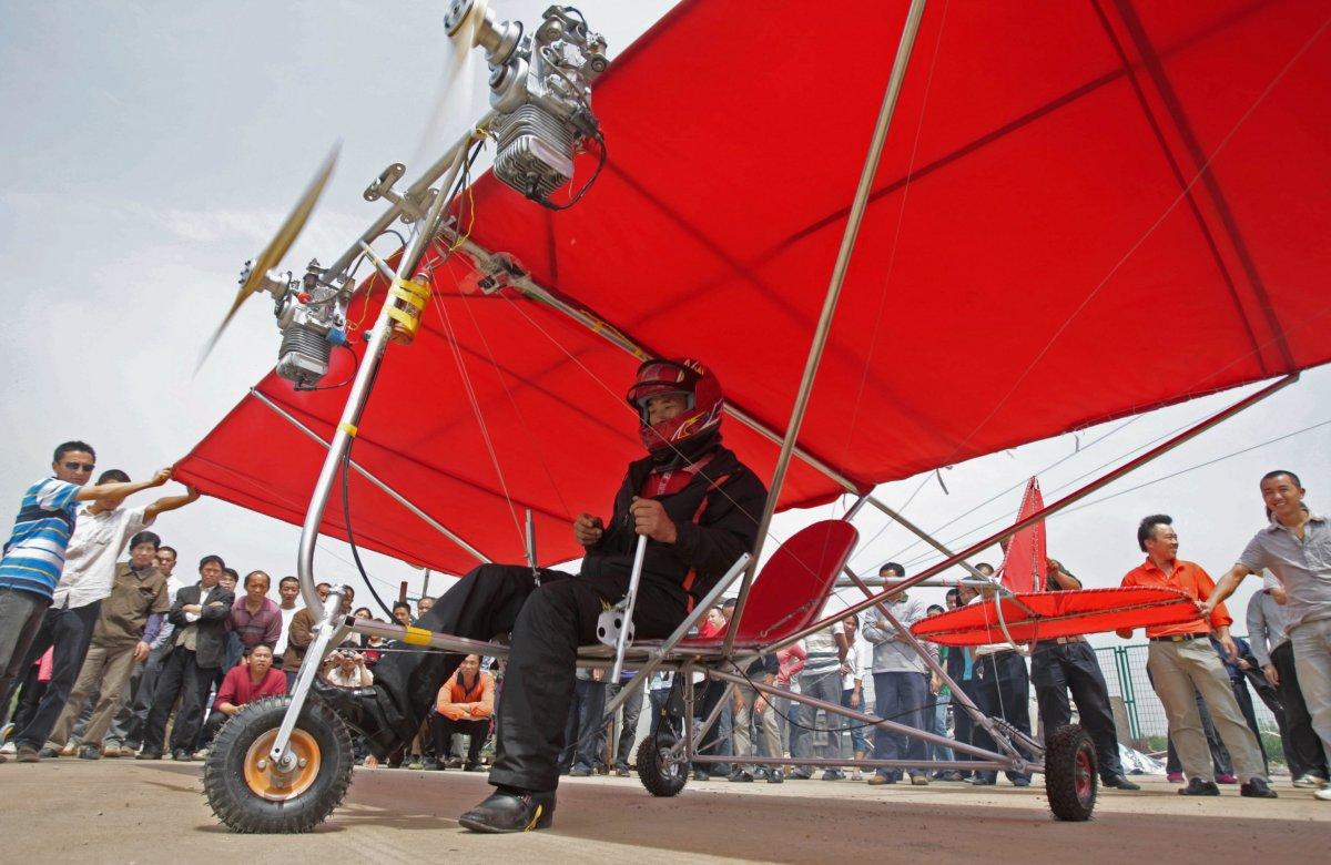 25. Китаец Шу Маньшэн готовится к взлету на своем самодельном ультралегком летательном аппарате.